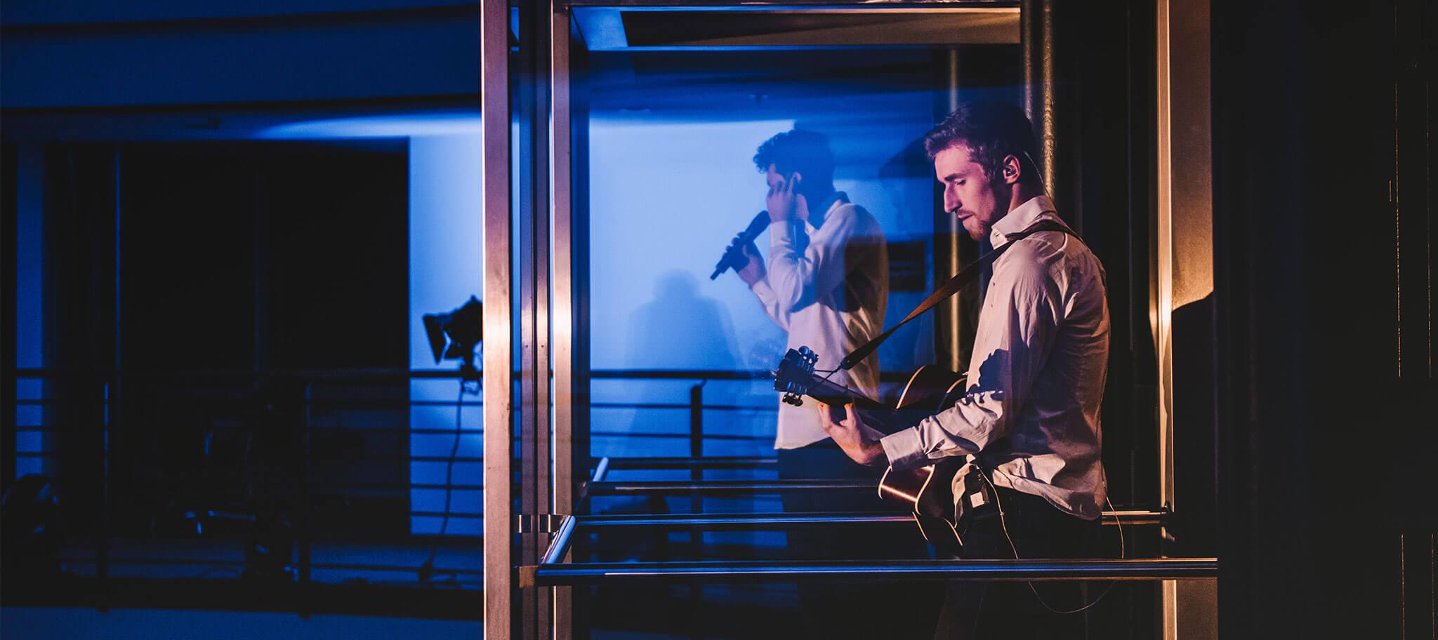 Abendveranstaltung mit Musikern im Glasfahrstuhl