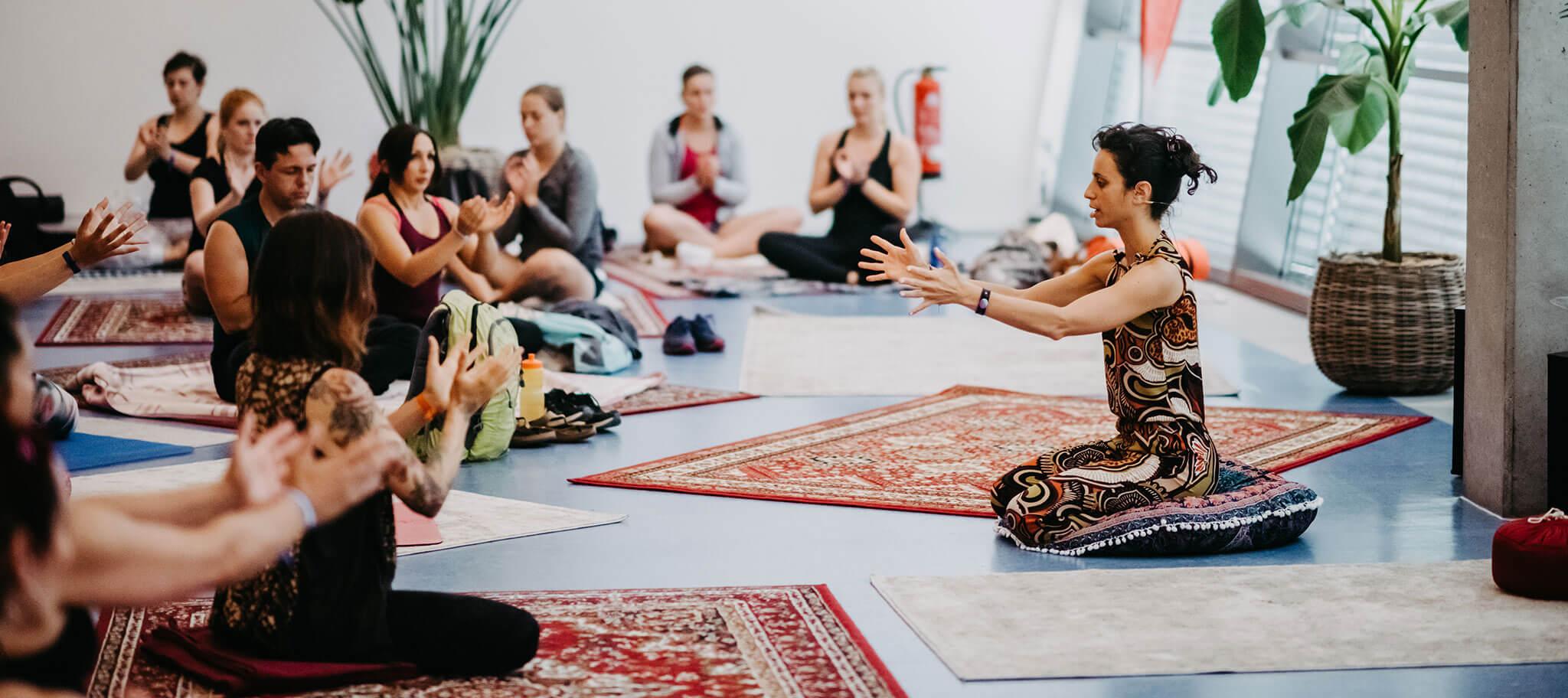 Indoor Yoga Class beim ReNew Fitness Festival
