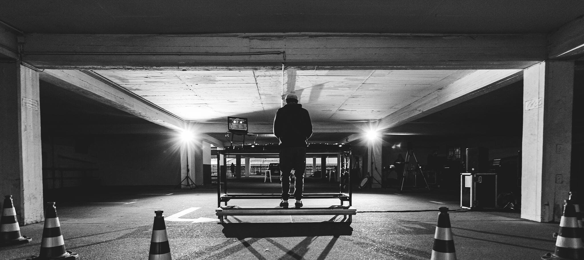 Stream aus der Garage in schwarz / weiß